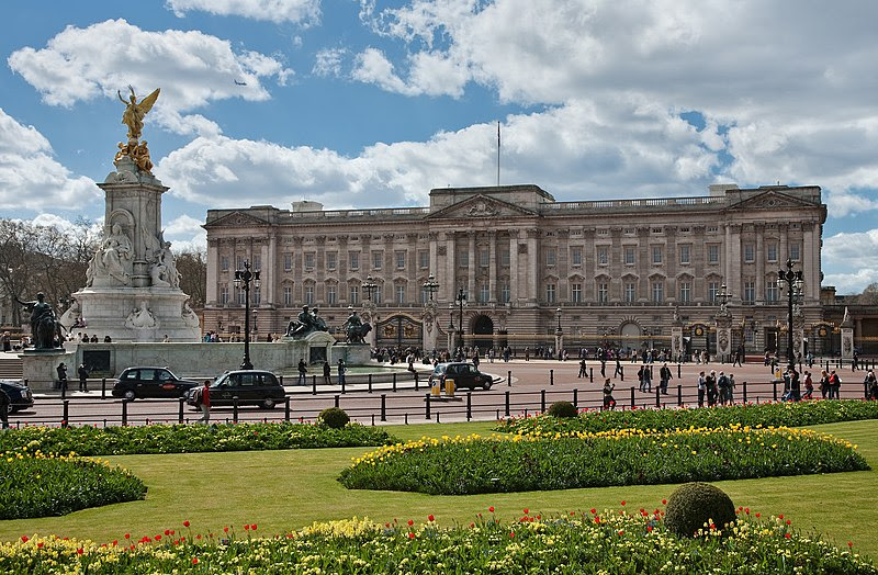 File:Buckingham Palace, London - April 2009.jpg