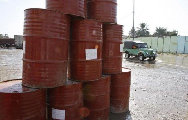 Des barils de pétrole vides en Irak en 2008
