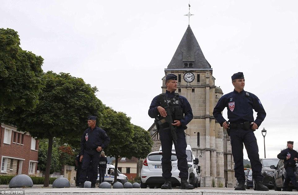 Ainda havia uma forte presença policial na cidade de Saint-Etienne-du-Rouvray com oficiais guardando o churc