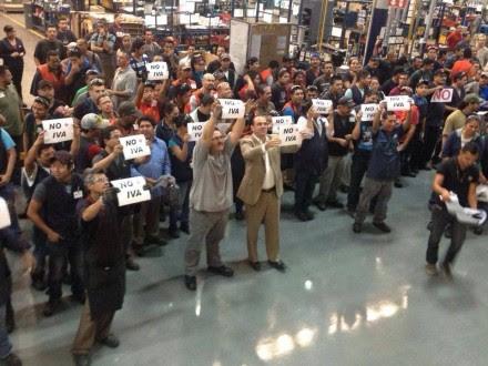 Trabajadores de una maquila protestan contra el aumento del IVA. Foto: Despierta Baja California