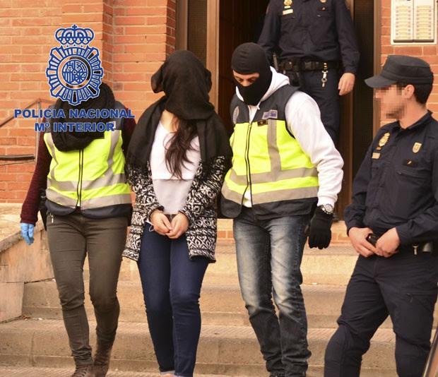 Mulher suspeita de vínculo com jihadistas é presa em Figueras, no nordeste da Espanha, nesta sexta-feira (13) (Foto: REUTERS/Interior Ministry/Handout via Reuters)