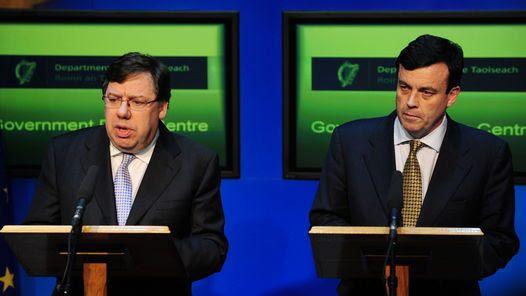 EXPLICACIONES. El primer ministro irlandés, junto al de Finanzas, confirman el rescate. (EFE)