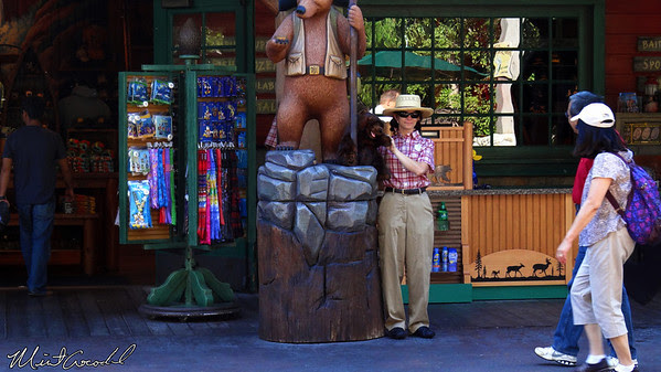 Disney California Adventure, Rushin' River Outfitters
