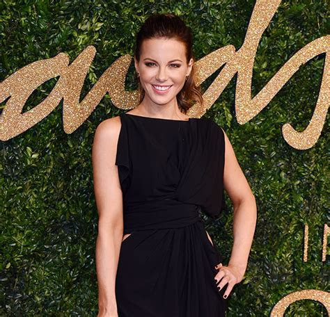 Kate Beckinsale removes her wedding ring