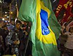 Policiais tentam dispersar manifestação contra visita de Obama no centro do Rio de Janeiro Leia Mais