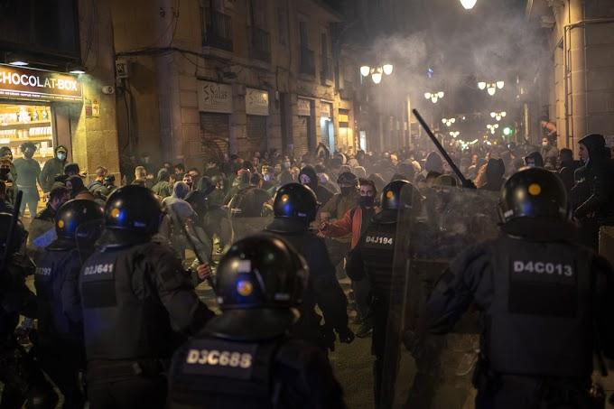 VIOLENTAS PROTESTAS CONTRA LAS RESTRICCIONES POR CORONAVIRUS EN BARCELONA
