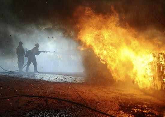 Bombeiros apagam incêndio em uma das mansões de Santa Barbara, na Califórnia; 11 bombeiros foram feridos