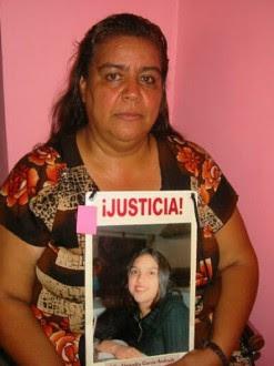 Norma Andrade sostiene la foto de su hija Lilia Alejandra García Andrade, desaparecida el 14 de Febrero de 2001. Foto: Amnistía Internacional