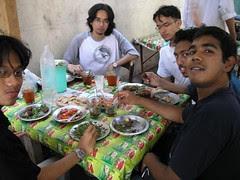 Makan-makan di sebuah gerai di hadapan Masjid Imam Syafi'e, Kaherah, Mesir