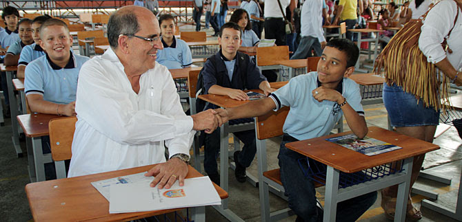 Alcalde entrega diez mil pupitres elaborados por estudiantes de centros oficiales