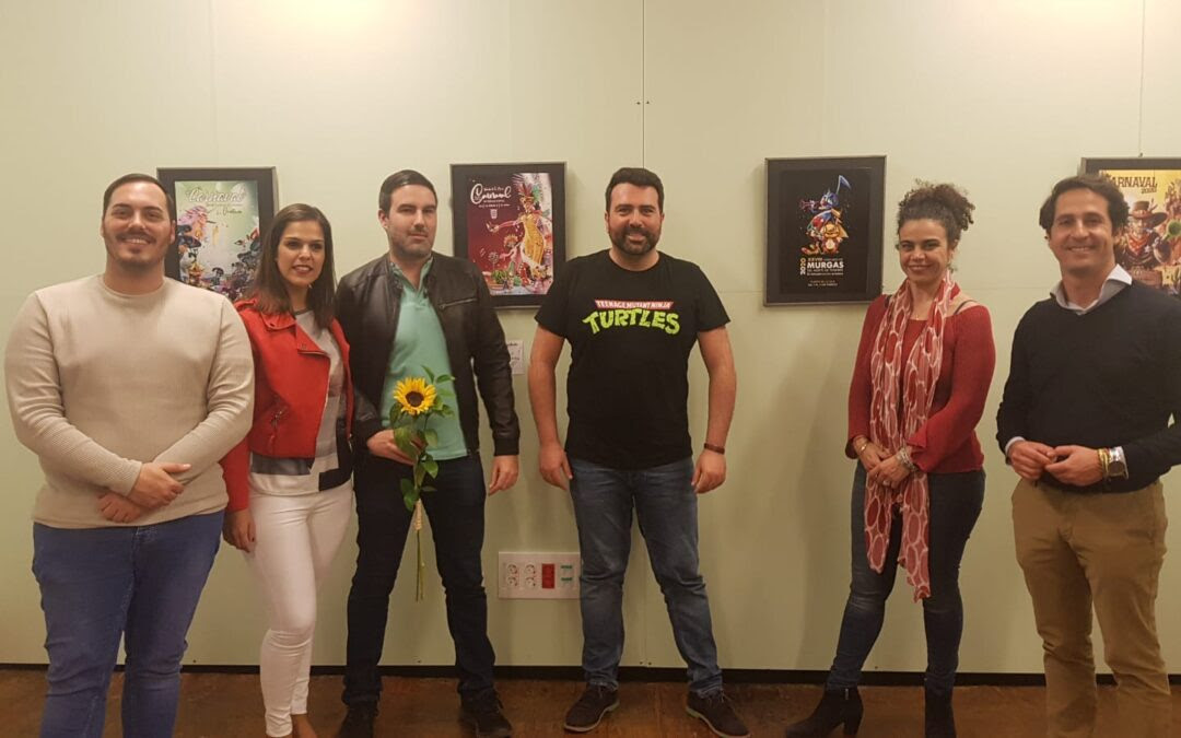 Frenesí, la exposición que reúne múltiples carteles del carnaval de Canarias, realizados por el portuense Jonás Emanuel.