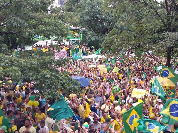 BELO HORIZONTE - As cores verde e amarelo e bandeiras do Brasil prevalecem no ato na Praça da Liberade  (Foto: Pedro Ângelo/ G1)
