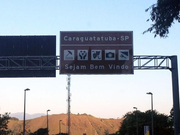 Placa na entrada de Caraguatatuba tem erro de concordância (Foto: Adriana Medeiros Aragoni / VC no G1)