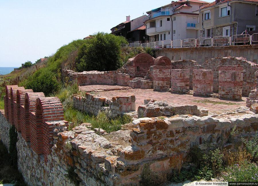 Развалины базилики Святой Богородицы Елеуса в болгарском Несебре