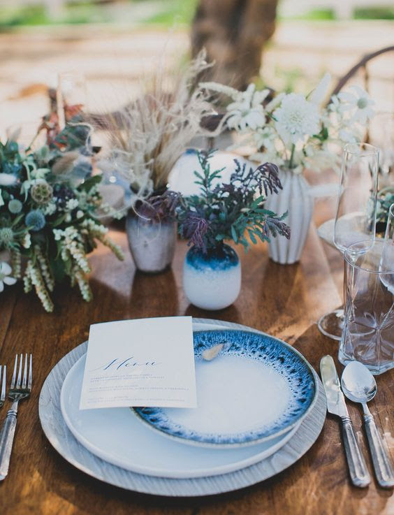 ein Küsten-Tabelle Einstellung akzentuiert mit indigo Vasen und wunderschön Bemalte Teller
