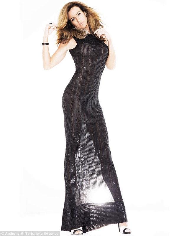 Puro espetáculo: A estrela de reality show usa um vestido preto simples revelando que mostra fora sua figura impressionante em um tiro
