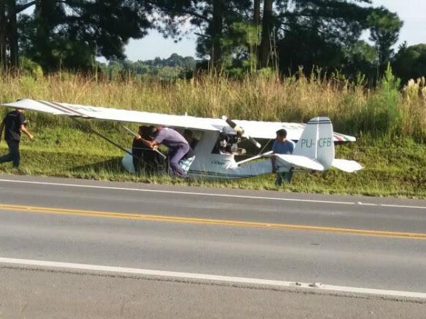 Avião monomotor pousa em acostamento de rodovia do Paraná (Foto: Josemar Horning/Arquivo Pessoal)