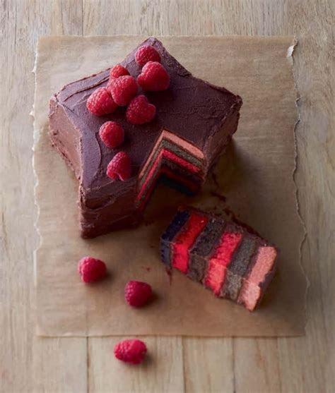 gâteau à la mousse de framboise et chocolat en forme d