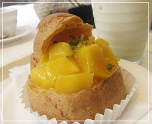 「千疋屋総本店」にて、ケーキ売り場のマンゴーシュークリームをカフェテリアで。