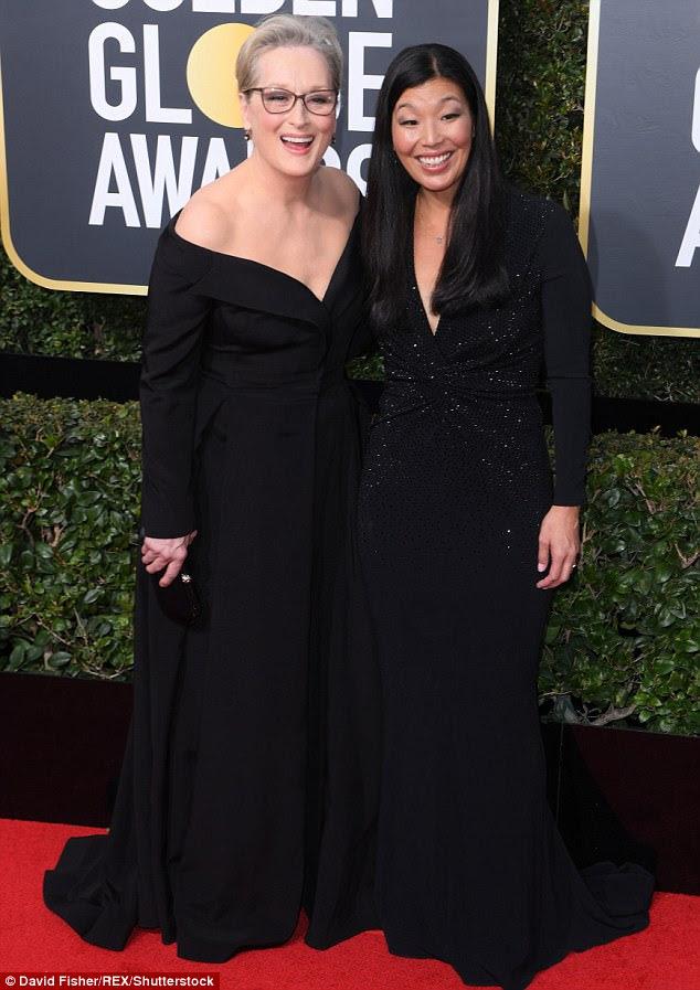 """Meryl Streep (retratada no tapete vermelho com o ativista da justiça Ai-jen Pohas) afirmou que a Oprah não tem """"escolha"""" senão candidatar-se à presidência após seu poderoso discurso no Globo de Ouro"""