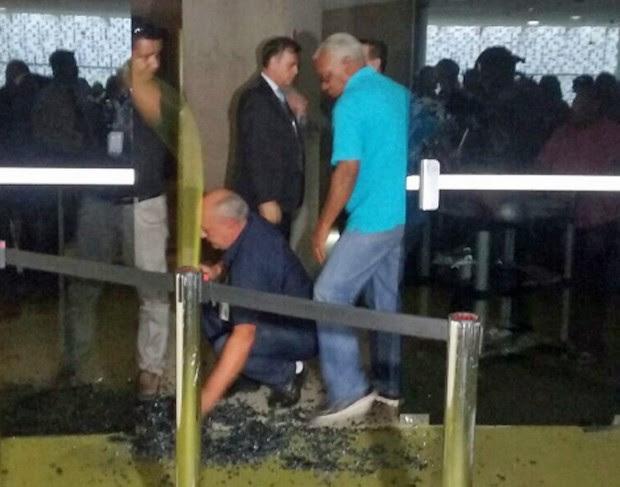 Porta de vidro quebrada após invasão no plenário da Câmara (Foto: Fernanda Calgaro/G1)