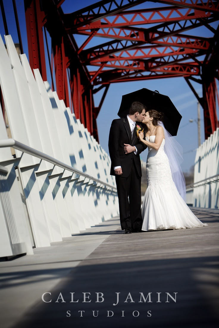 Red Bridge - Wedding Day - Bride and Groom - Wedding Photo with umbrella