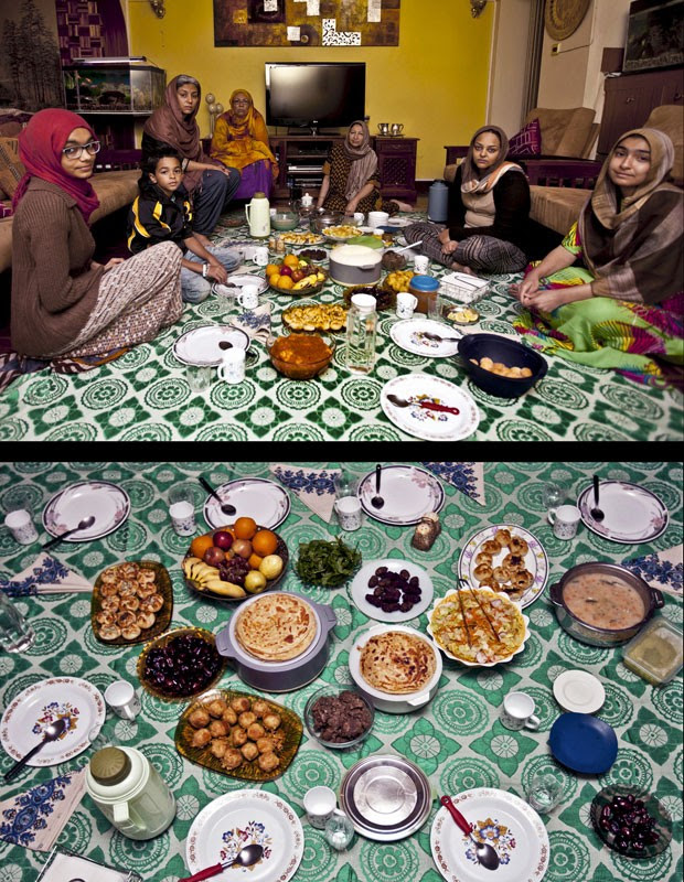 Família celebra o Iftar ao fim de um dia do Ramadã em Nairóbi, no Quênia (Foto: Sayyid Azim/AP)