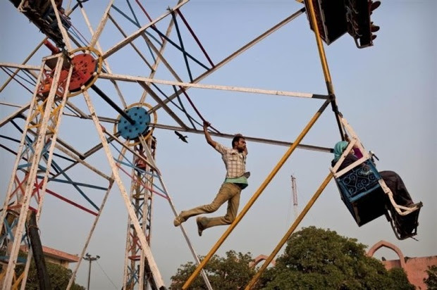 Indian-human-powered-ferris-wheel03
