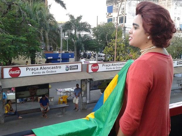 Escritora Gisele Souza, de 35 anos, vestida de presidente Dilma Rousseff (PT), participa de protesto em Cuiabá (Foto: André Souza/G1)
