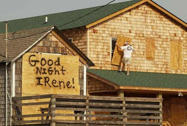 Morador se prepara para a chegada do furacão Irene (Foto: AP)