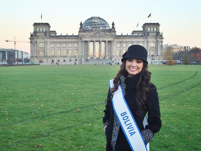 Mariana Garcia Mariaca junto al edificio del Parlamento Aleman