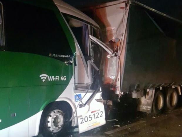 Acidente com ônibus de turismo deixa 19 feridos na Dutra em Caçapava, SP (Foto: Divulgação/ Polícia Rodoviária Federal)