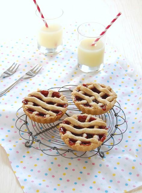 Raspberry Port linzer tartlets / Tortinhas linzer de geléia de framboesa e vinho do Porto