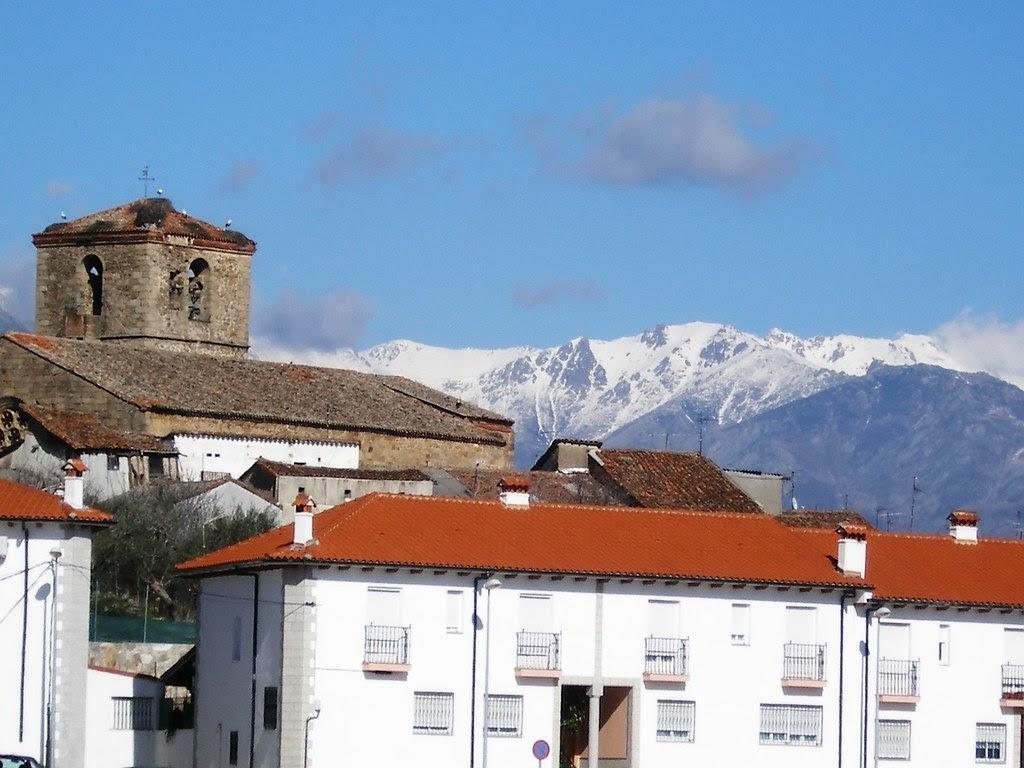 La iglesia con la Sierra de fondo