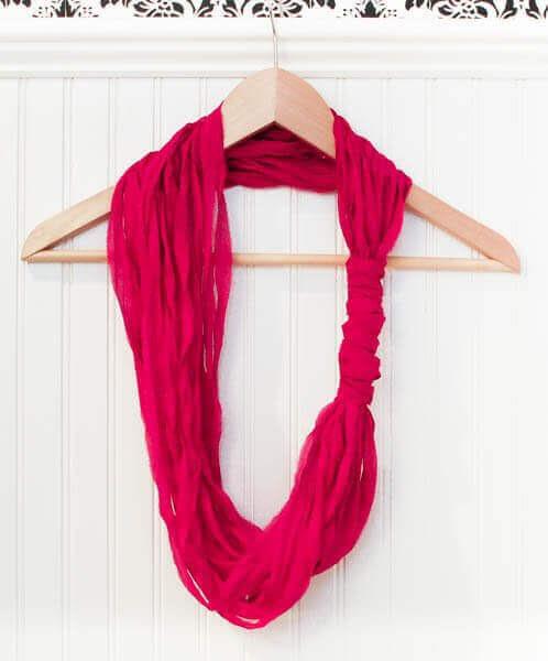 Kolay DIY Döngü Eşarp {yok Dikiş, Örgü, ya da Crocheting Gerekli!} | Www.petalstopicots.com | #DIY #crafts #scarf