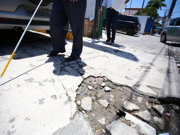 Resultado de imagem para calçadas desniveladas são obstáculos para deficientes visuais e cadeirantes
