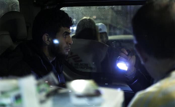 Uno de los migrantes atendido en la clínica móvil de Médicos Sin Fronteras que recorre las calles de Belgrado.