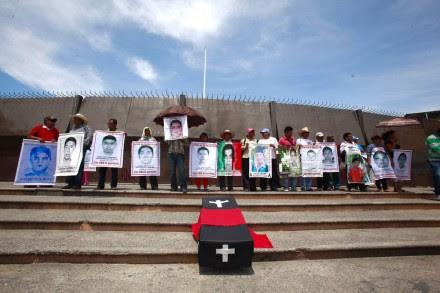 Familiares de los 43 protestan en el Congreso de Guerrero. Foto: Germán Canseco