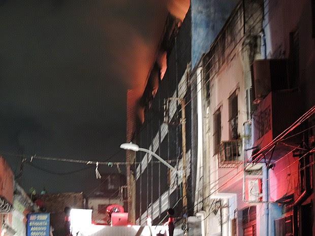 Corpo de Bombeiros afirma que incêndio no Armazém Coral do Centro do Recife está isolado (Foto: Katherine Coutinho / G1)