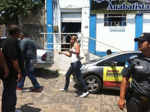 Vereadora Cristiane Guedes (PPS) foi detida próximo a um local de votação em Belford Roxo (Foto: Marcelo Ahmed/G1)