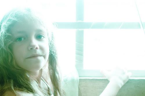 Junto a la ventana como a contraluz
