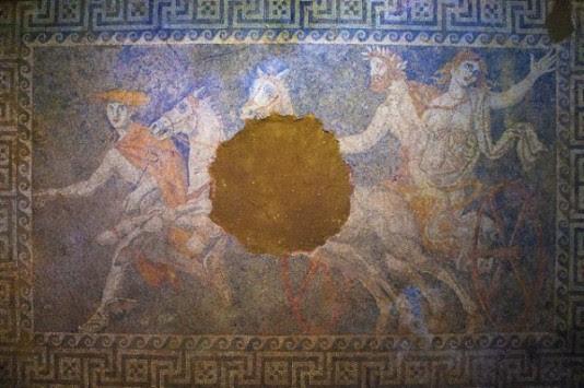 """Αμφίπολη: Τι ήταν αυτό που τρόμαξε τους αρχαιολόγους – Γιατί """"πάγωσαν"""" περνώντας τη θύρα του τάφου"""