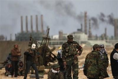 """""""Argumenta-se que o petróleo não pode ser um motivo para a intervenção porque o Ocidente já tem acesso ao mesmo sob o regime de Kadhafi. Isso é certo, mas irrelevante."""""""