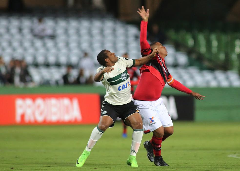Coritiba promoveu estreia de Tomas Bastos para vencer o Atlético-GO no Couto Pereira (Foto: Giuliano Gomes/Agência PR PRESS)