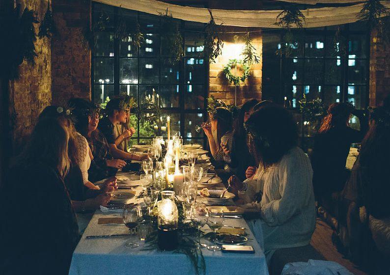 Una cena entre amigos, no hace falta que seais demasiados, pero sí es necesario que haya conversación, risas y un ambiente cálido. Foto de http://www.fieldandnest.com/journal/2015/11/30/how-to-achieve-hygge-in-your-home