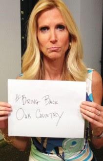 """Coulter publicó una fotografía suya en Twitter con un cartel que dice """"Fuera de nuestro país""""."""