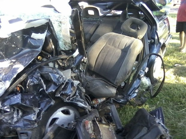 Impacto da batida destruiu carro onde família estava (Foto: Gabriela Souza Jorge)