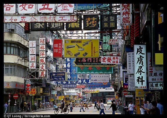 """En las grandes urbes, la publicidad constituye una de los principales factores de contaminación visual. Un ejemplo de acciones para combatirla se dio en 2007, en So Paulo, Brasil, donde se emitió la """"Ley Ciudad Limpia"""", gracias a la cual se eliminaron anuncios espectaculares, anuncios en los autobuses y en los postes, pantallas gigantes de video y otros tipos de publicidad  exterior."""