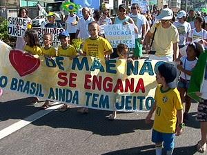 Pais e filhos participaram da 'Marcha das Crianças' em Vitória (Foto: Reprodução/TV Gazeta)
