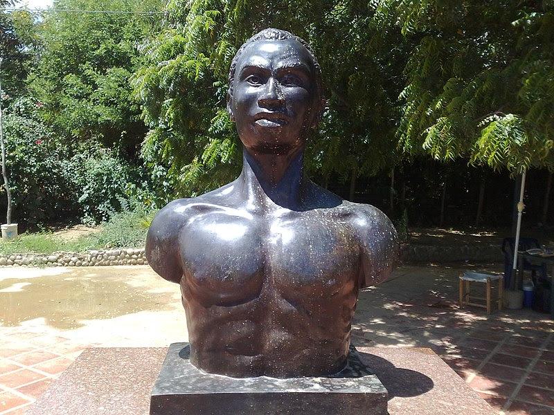 Archivo:Busto de José Leonardo Chirino, Caujarao.JPG